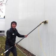 Reinigung einer Blechfassade mit entmineralisiertem Wasser